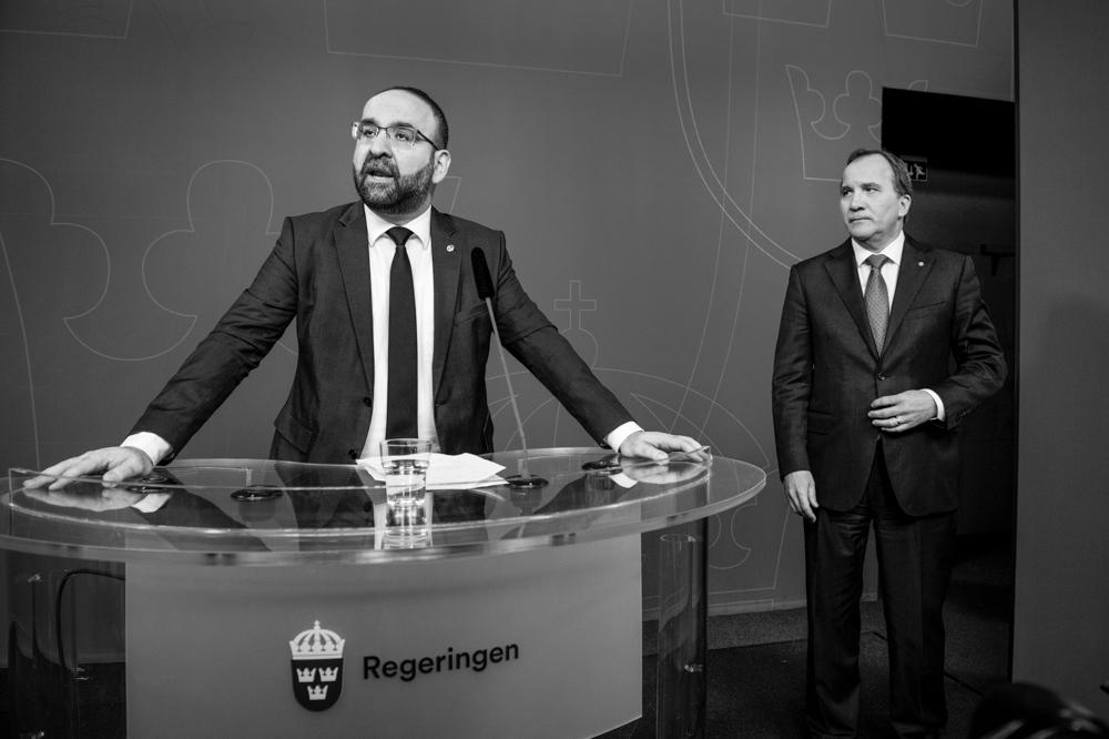 Ministeren Mehmet Kaplan (MP) meddeler pressen at han avgår avsløringer om bånd til islamister og tyrkiske fascister. Bak står statsminister Stefan Löfven (S). Foto: Lars Pehrson/Scanpix
