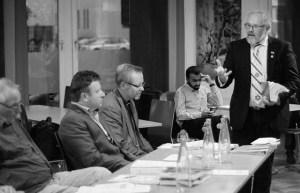 Oddvar Berge (stående) er, som slipset antyder, en varm venn av Israel. Foto: Kai Eldøy Nygaard (fra Fri Tanke: LENKE http://fritanke.no/reportasje/kristensionistene-har-politisk-innflytelse-i-norge/19.9510 )