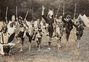 """John Hargrave som """"Spirit Chief"""" med revemaske. 1928. Foto: Angus McBean, fra Annebella Pollens samling"""