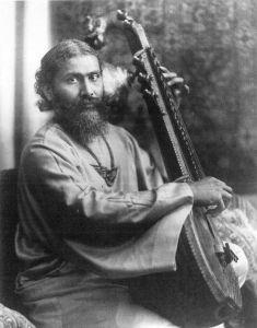 Inayat Khan fotografert rundt 1910, da han kom til Vesten. Han ble opphavet til den antagelig største vestlige sufibevegelsen.