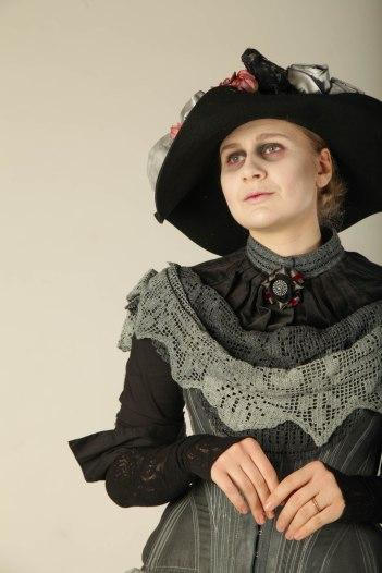 Dawsonin ensimmäinen nainen Constance pitää kiinni asemastaan keinoja kaihtamatta.