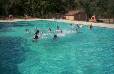 Amplia piscina con socorista y vistas de la sierra