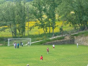 Jugando al fútbol en nuestro campamento bilingüe inglés