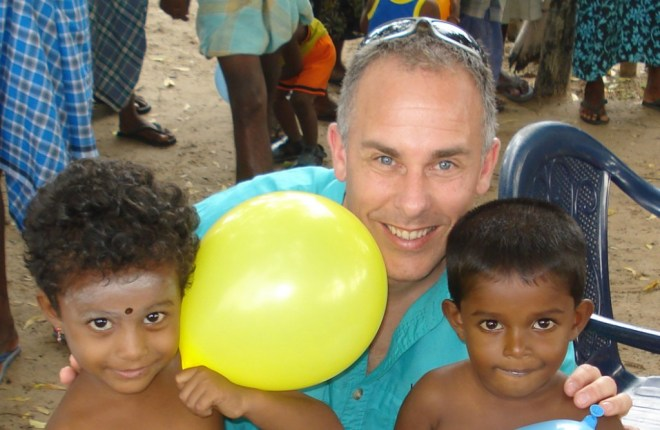 Kurt Campbell with Sri Lankan children.