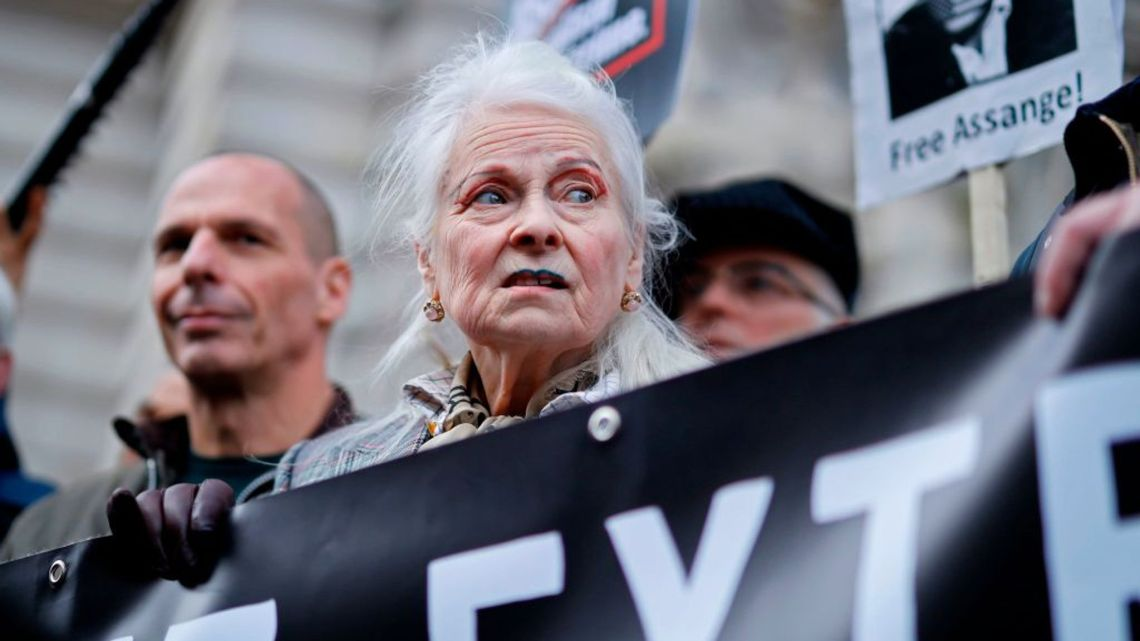supporters of Julian Assange protesting outside his UK trial
