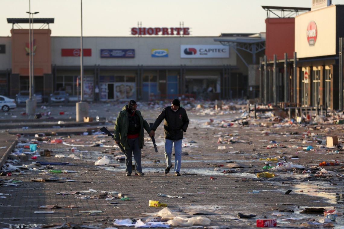 2 armed Security guards outside looted shopping mall