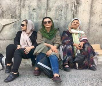 خانواده ۳ فعال مدنی بازداشت شده در مقابل زندان اوین