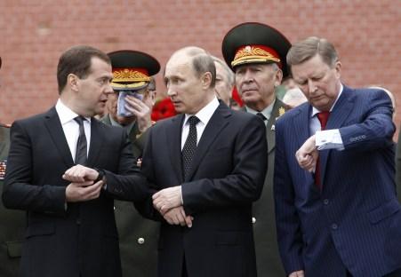 Da esquerda para a direita: Dmitry Medvedev, Vladimir Putin e Sergey Ivanov
