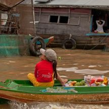Tonle Sap floating village (fruit cargo)
