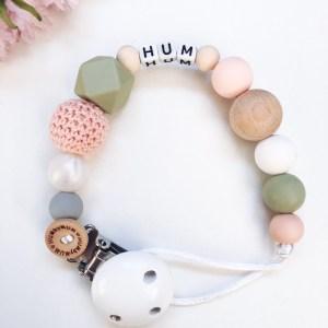 Speenkoord met kralen in de kleur perzik en lint