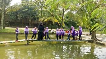 TK - SDI DUTA EKSELENSIA sedang melaksanakan Outbond di Pelita Desa Ciseeng Bogor