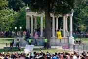 بوسٹن:دائیں اور بائیں بازو کے کارکنان کے مظاہرے۔