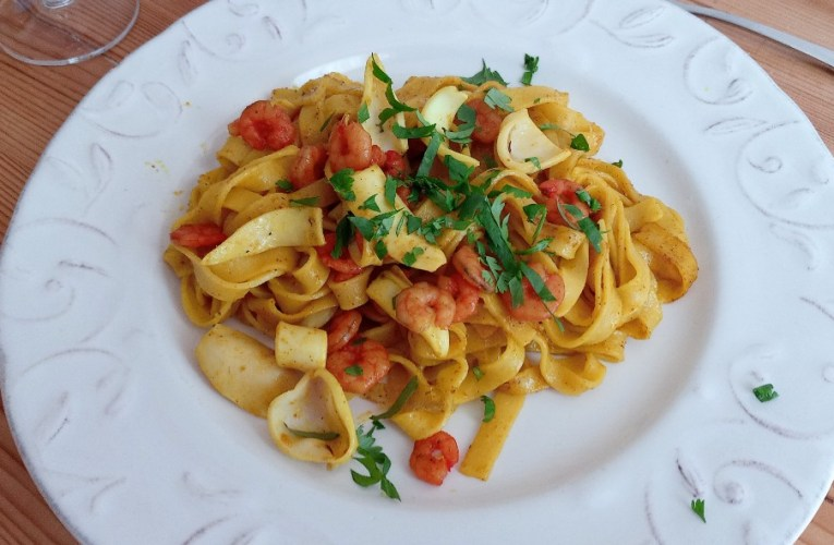 Tagliatelles au curry, crevettes et petits calmars