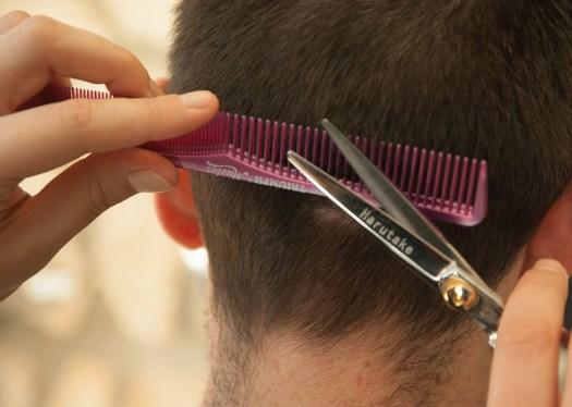 Peluquero cortando pelo