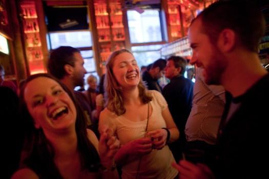 Gente riendo en un bar