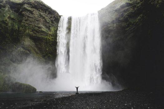 Persona ante una cascada de agua