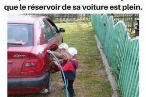 Papa va être très content en voyant que le réservoir de sa voiture est plein