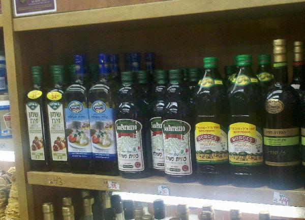 בקבוקי שמן זית בירוק כהה.