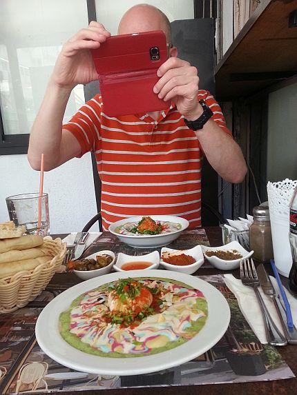 יוחאי מצלם את האוכל
