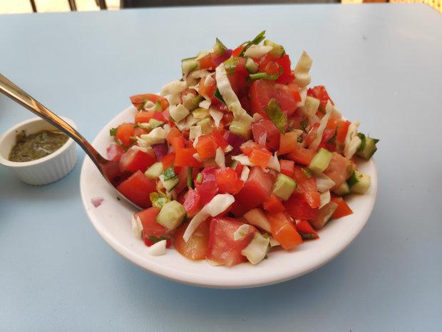 """סלט ירקות """"קטן"""" של רק חומוס"""