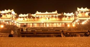 ライトアップされた王宮