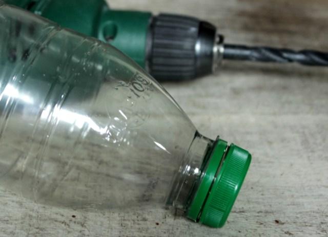 Bohrmaschine und Plastikflasche für DIY Hundespielzeug