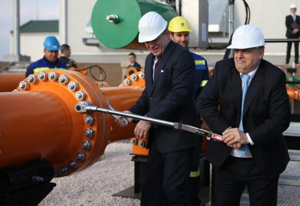 "Robert Fico and Viktor Orbán ""connect"" the pipeline between Slovakia and Hungary Source: Zsolt Reviczky /Népszabadság"