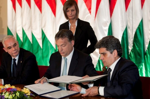 Signing the alliance between the government and Lungo Drom, May 2011