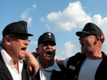 Members of the newly banned Hungarian Guard sing Hungary's national anthem (7/4/2009).