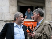Man glares at liberal-party officials Gábor Horn (left) and Iván Pető during ticket-office demonstration (4/11/2008).