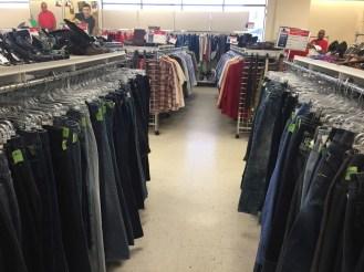 Quần áo hàng thùng có giá siêu rẻ, tuy nhiên hầu hết những người mua quần áo ở Goodwill là người vô gia cư hoặc thu nhập rất thấp. Quần áo mới ở Mỹ rẻ và rất rẻ - so với thu nhập.