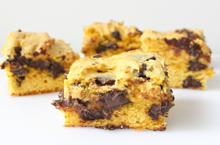 Chocolate Chip Pumpkin Cake Batter Blondies | Hungry-Blonde.com