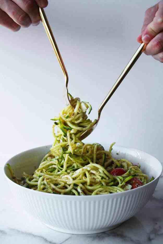 Caprese Zoodle Salad | hungrybynature.com
