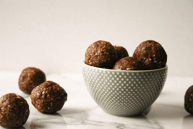 5 Ingredient Cranberry Pistachio Energy Bites | hungrybynature.com