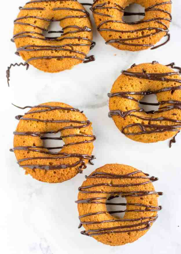 The 10 BEST pumpkin breakfast recipes - gluten free pumpkin donuts! | hungrybynature.com