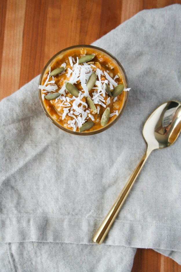 Make this delicious and healthy pumpkin pie overnight oats with all the spices of fall.   hungrybynature.com