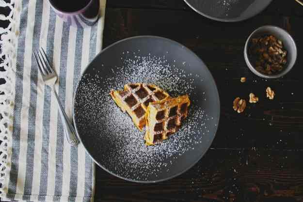 The 10 BEST pumpkin breakfast recipes - pumpkin banana waffles with walnuts! | hungrybynature.com