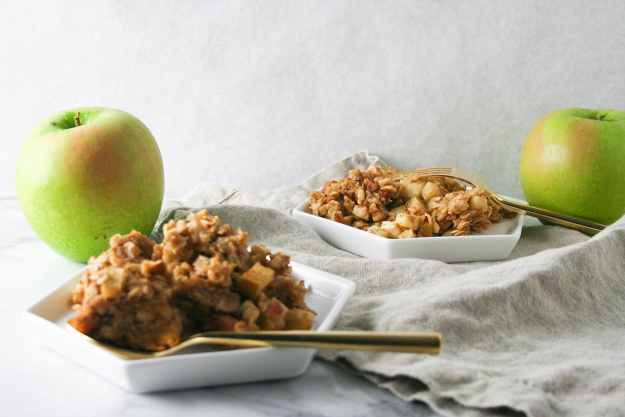 Cure your morning breakfast woes with this BAKED apple cinnamon oatmeal - make once and eat all week long! | hungrybynature.com