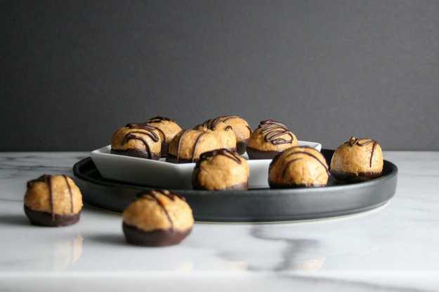 Honey Peanut Butter Pretzel Bites | balls, healthy, no bake, easy, buckeyes, chocolate | hungrybynature.com