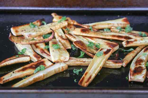 Baked Parsnip Fries with Chipotle Dipping Sauce | Paleo, Whole30, Vegan, easy, healthy, quick, recipe, crispy, gluten free | hungrybynature.com