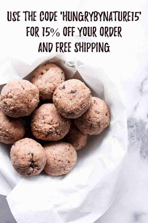 Chocolate Tahini Protein Bites | #nobake #energybites #proteinpowder #paleo #chocolate #proteinballs #vegan | www.hungrybynature.com