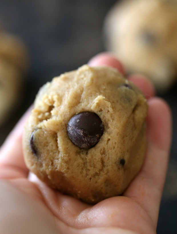 Dulce de Leche Stuffed Chocolate Chip Cookies | @hungryfoodlove