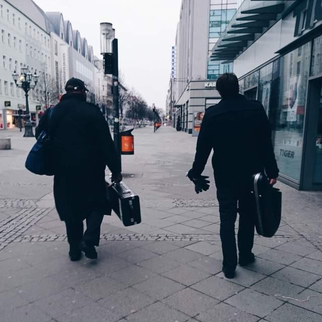2 Männer mit Instrumentenkoffern