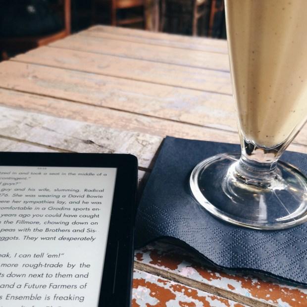 Kindle und Milkshake im Café