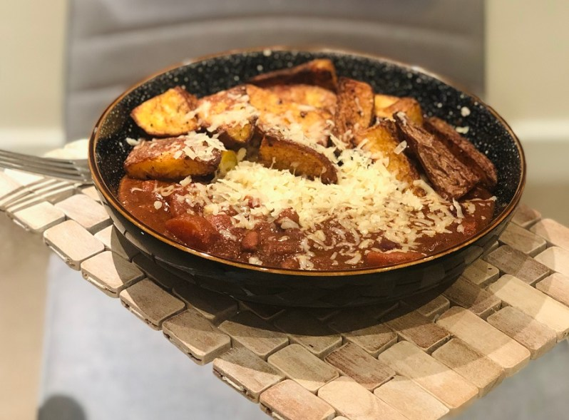 Easy vegetarian chilli con carne recipe with spicy potato wedges and cheese