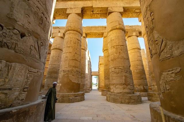 Photobomber in Egypt common travel scam