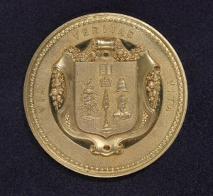 Reverse of gold prize medal.