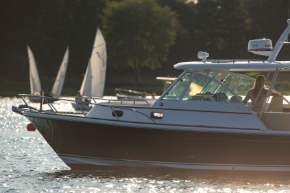 Hunt-Yachts-Surfhunter-32-with-Outboards
