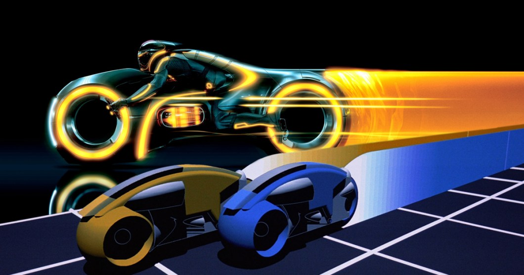 Old vs new: Alkuperäisen Tronin virtuaalikiitureiden suorat linjat on Legacyssä päivitetty sulavaliikkeisiksi moottoripyöriksi.