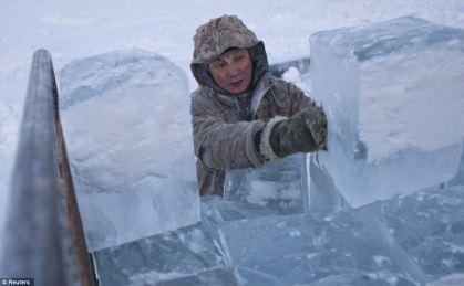 Ruslan (35) nakládá svůj led